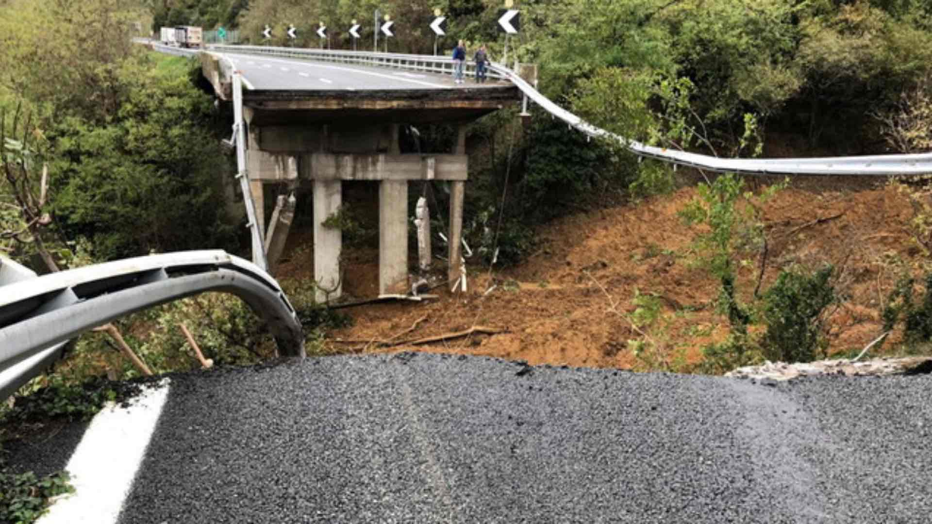 Crollo in A6 di un tratto di viadotto Madonna del Monte nella provincia di Savona.