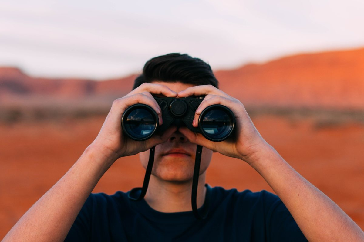 Uomo che guarda con il binocolo 1