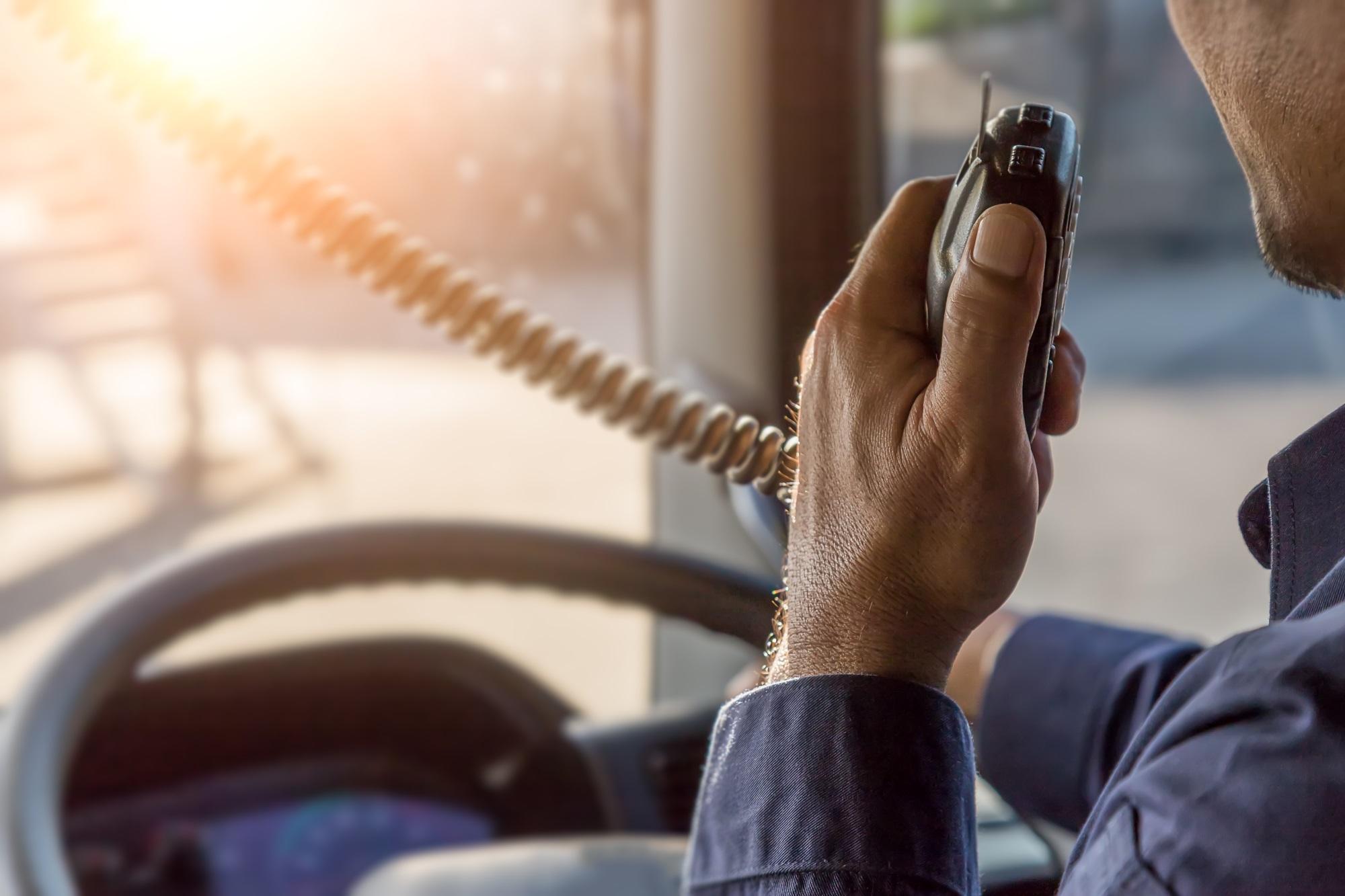 camionista parla via cb radio nel camion